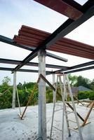 Primer plano de muchas vigas de metal en la barra de acero en el sitio de construcción con fondo de cielo azul foto