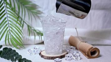 barista versant du café dans un verre de glace video