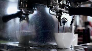 Verter el espresso en una taza blanca video