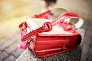 imagen abstracta de mochila roja. mochila pesada del estudiante de primaria foto
