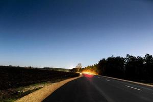 larga exposición de la carretera por la noche. foto