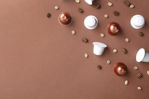 Vista superior de granos de café y cápsulas de café. foto