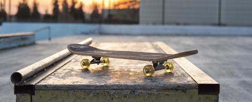 Cerrar patineta con zona de juegos foto