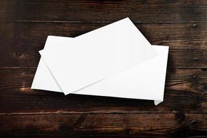 sobre y tarjeta blanca en blanco foto