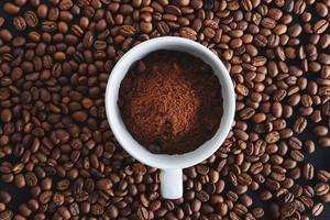 café en polvo en una taza de café foto