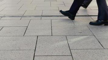 faible section de gens daffaires marchant dans la ville video