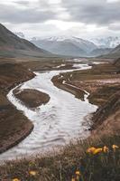 río y montañas foto