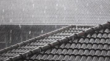 lluvia cayendo en el techo de la casa video