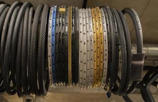 Arreglo de ruedas de bicicleta en la tienda foto