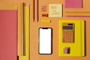 vista superior de útiles escolares en el surtido de mesa foto