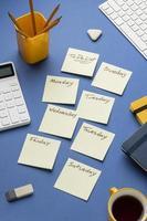 Vista superior de notas adhesivas con lista de tareas pendientes foto