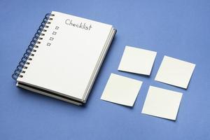 lista de verificación de la vista superior con lista de tareas pendientes y cuaderno foto
