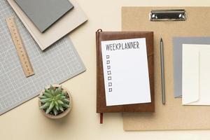 Cuaderno con lista de tareas pendientes en el escritorio. foto