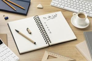 Cuaderno plano con lista de tareas pendientes en el escritorio foto