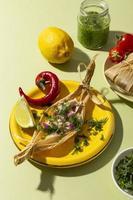 Surtido de ingredientes de tamales en una mesa verde foto