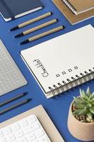 cuaderno de vista superior con lista de verificación en el escritorio foto