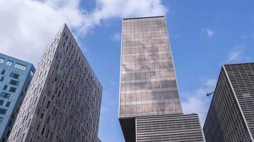 lapso de tempo de nuvens sobre arranha-céus em barcelona video