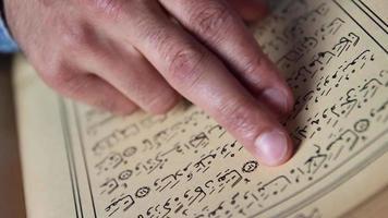 muçulmano lendo Alcorão video