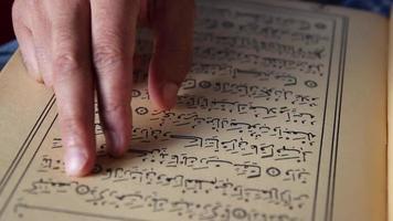 Corán musulmán rezando video