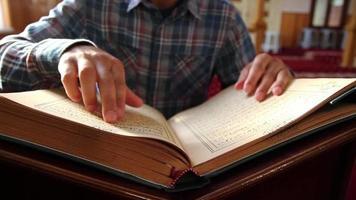 muçulmano lendo Alcorão para o Ramadã video