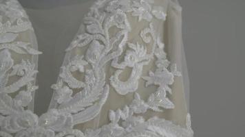 Cerca de un vestido de novia en un salón nupcial video