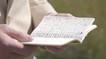 un homme lisant est des vœux de mariage dans un champ herbeux video