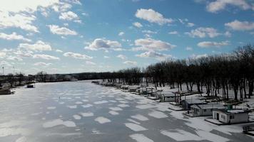 vista aérea de casas flutuantes ao longo do rio Mississippi congelado video
