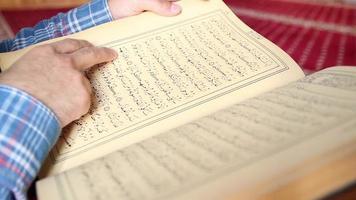 muçulmano lendo Alcorão sagrado islâmico video