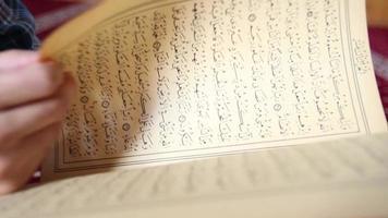 muçulmano orando lendo Alcorão video