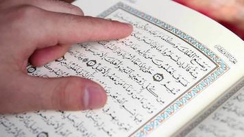 muçulmano lendo Alcorão Sagrado na mesquita video