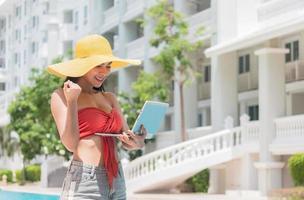 hermosa mujer asiática lleva un sombrero amarillo foto