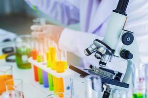 primer plano, laboratorio médico, los científicos utilizan un microscopio para probar la biología líquida. tecnología foto