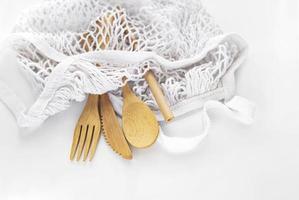 bolsa de malla y cubiertos de bambú foto