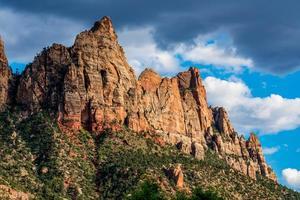los hermosos picos montañosos y formaciones rocosas cerca de la entrada del parque nacional zion en utah foto