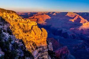 el magnífico gran cañón multicolor en arizona justo al borde del amanecer foto