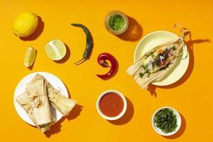 Vista superior de los ingredientes de los tamales foto