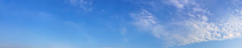 panorama del cielo con nubes en un día soleado foto