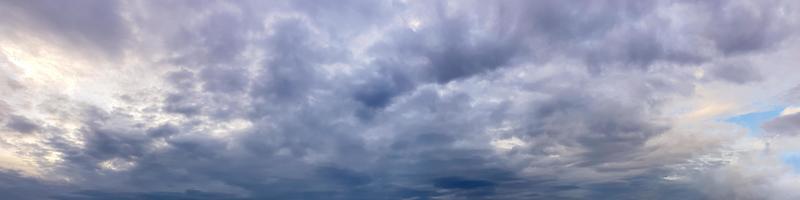 Panorama espectacular del cielo con nubes de tormenta en un día nublado foto