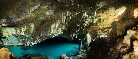 Cueva rangko en la isla de flores, labuan bajo, indonesia foto
