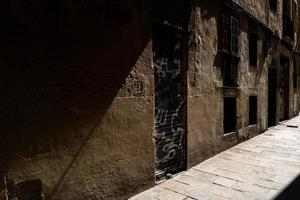 luz en casco antiguo de barcelona foto