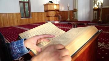leyendo la mezquita del corán video