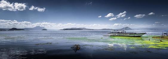 Hermoso día en el pintoresco lago Taal en Talisay, Batangas, Filipinas foto