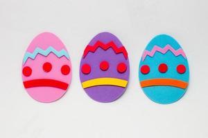 huevo de espuma en color rosa, morado y azul, utilizado para la decoración de pascua. foto