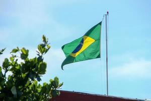 bandera brasileña ondeando al aire libre en río de janeiro. foto