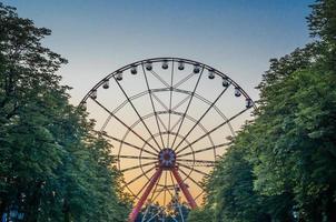 noria en el parque contra el cielo azul foto