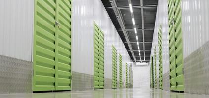 centro logístico con unidades de almacenamiento de ángulo bajo foto