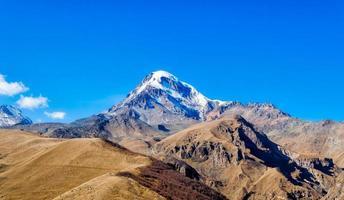 altas montañas rocosas del cáucaso en georgia foto