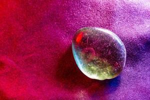 Gema mineral iluminada de forma colorida mostrando detalles abstractos foto