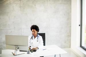 doctor trabajando en una computadora foto