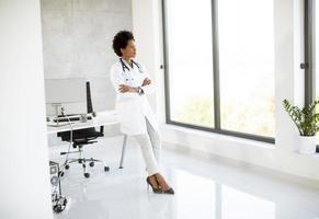 doctor mirando por una ventana foto